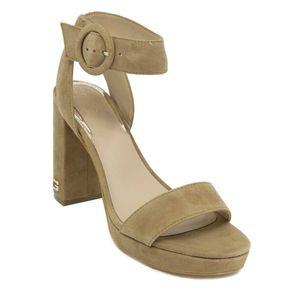 Sandalo scamosciato beige a tacco largo