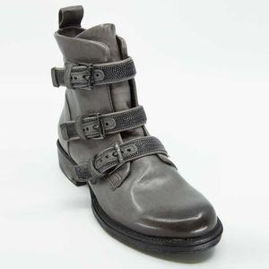 Dirty ankle boot with buckles and zip