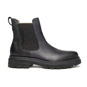 Chelsea boots in leather with side elastics